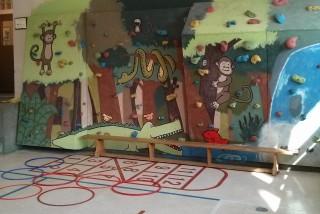 Le gymnase et son mur d'escalade